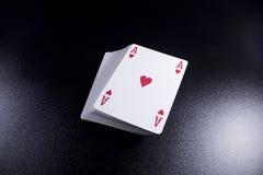 γέφυρα σωρών καρτών πόκερ άσσων στο σκοτεινό υπόβαθρο Στοκ φωτογραφία με δικαίωμα ελεύθερης χρήσης