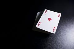 γέφυρα σωρών καρτών πόκερ άσσων στο σκοτεινό υπόβαθρο Στοκ φωτογραφίες με δικαίωμα ελεύθερης χρήσης