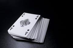 γέφυρα σωρών καρτών πόκερ άσσων στο σκοτεινό υπόβαθρο Στοκ Εικόνες