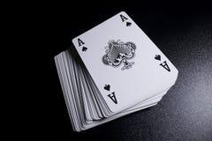γέφυρα σωρών καρτών πόκερ άσσων στο σκοτεινό υπόβαθρο Στοκ εικόνες με δικαίωμα ελεύθερης χρήσης