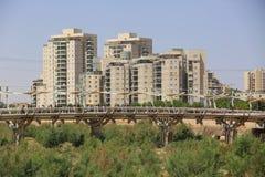 Γέφυρα σωλήνων και σύγχρονα κτήρια στην μπύρα Sheba, Ισραήλ στοκ εικόνες με δικαίωμα ελεύθερης χρήσης