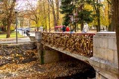Γέφυρα της αγάπης με τα εκατομμύρια των κλειδαριών στοκ εικόνα