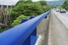 Γέφυρα της εθνικής οδού 27 πέρα από το Rio Grande με το μπλε κιγκλίδωμα και την οδήγηση 2 οχημάτων Στοκ φωτογραφίες με δικαίωμα ελεύθερης χρήσης