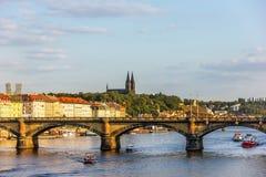 Γέφυρα της Πράγας και άποψη Vysehrad, Δημοκρατία της Τσεχίας στοκ φωτογραφίες