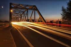 Γέφυρα τη νύχτα με τα φω'τα αυτοκινήτων Στοκ Φωτογραφία