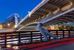 Γέφυρα τη νύχτα στο Βερολίνο στοκ εικόνα με δικαίωμα ελεύθερης χρήσης
