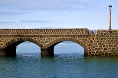 γέφυρα του Ατλαντικού Ωκεανού Lanzarote και στο μπλε ουρανό Στοκ φωτογραφίες με δικαίωμα ελεύθερης χρήσης