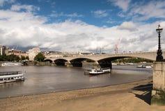 Γέφυρα του Βατερλώ στο Λονδίνο πέρα από τον ποταμό Τάμεσης Στοκ εικόνα με δικαίωμα ελεύθερης χρήσης