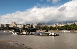 Γέφυρα του Βατερλώ στο Λονδίνο πέρα από τον ποταμό Τάμεσης Στοκ Εικόνες