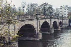 Γέφυρα του Κίνγκστον που φέρνει το A308 δίκαιο δρόμο αλόγων πέρα από τον ποταμό Τάμεσης στο Κίνγκστον, Αγγλία Στοκ Εικόνα