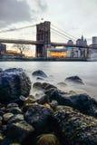 Γέφυρα του Μανχάταν και ορίζοντας NYC τη νύχτα Στοκ Εικόνες
