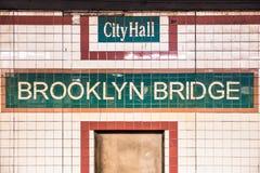 Γέφυρα του Μπρούκλιν του Δημαρχείου σταθμών μετρό πόλεων της Νέας Υόρκης στοκ εικόνα