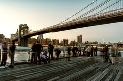 Γέφυρα του Μπρούκλιν και περπατώντας άνθρωποι στη Νέα Υόρκη Στοκ Εικόνες