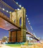 Γέφυρα του Μπρούκλιν τη νύχτα, πόλη της Νέας Υόρκης, ΗΠΑ στοκ φωτογραφίες