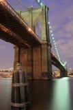 Γέφυρα του Μπρούκλιν τη νύχτα Στοκ φωτογραφίες με δικαίωμα ελεύθερης χρήσης