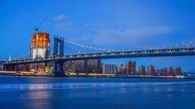 Γέφυρα του Μπρούκλιν και ορίζοντας πόλεων της Νέας Υόρκης κοντά Στοκ Φωτογραφία