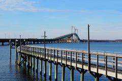 Γέφυρα του Νιούπορτ Pell με την αποβάθρα Στοκ φωτογραφία με δικαίωμα ελεύθερης χρήσης