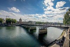 Γέφυρα του Παρισιού πέρα από τον ποταμό στοκ εικόνα με δικαίωμα ελεύθερης χρήσης