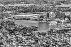 Γέφυρα του Σίδνεϊ Anzac και ορίζοντας πόλεων από τον αέρα Στοκ Φωτογραφία
