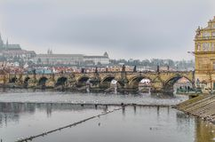Γέφυρα του Carlos πέρα από τον ποταμό Vltava στην πόλη της Τσεχίας της Πράγας στοκ εικόνα με δικαίωμα ελεύθερης χρήσης