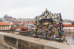Γέφυρα του Charles, μια διάσημη ιστορική γέφυρα που διασχίζει το Vltava Στοκ εικόνες με δικαίωμα ελεύθερης χρήσης