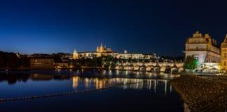 Γέφυρα του Charles πανοράματος το βράδυ Πράγα Στοκ φωτογραφία με δικαίωμα ελεύθερης χρήσης