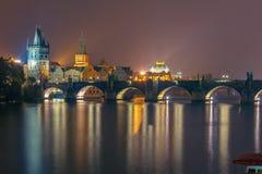 Γέφυρα του Charles τη νύχτα στην Πράγα, Τσεχία Στοκ Φωτογραφία