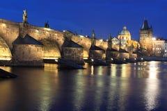Γέφυρα του Charles τη νύχτα Στοκ φωτογραφία με δικαίωμα ελεύθερης χρήσης