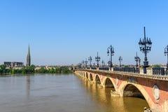 Γέφυρα του Saint-Pierre που διασχίζει Garonne τον ποταμό στο Μπορντώ, Γαλλία Διάστημα αντιγράφων για το κείμενο στοκ εικόνα