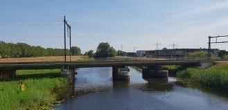 Γέφυρα τραίνων πέρα από το κανάλι Almelose Kanaal στην πόλη Zwolle, οι Κάτω Χώρες στοκ εικόνες