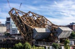 Γέφυρα τραίνων που ανυψώνεται για να επιτρέψει στη βάρκα traffc για να περάσει Στοκ εικόνα με δικαίωμα ελεύθερης χρήσης