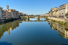 Γέφυρα τριάδας πέρα από τον ποταμό Arno στην ηλιόλουστη ημέρα στη Φλωρεντία Ιταλία στοκ εικόνες με δικαίωμα ελεύθερης χρήσης