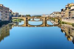 Γέφυρα τριάδας πέρα από τον ποταμό Arno στην ηλιόλουστη ημέρα στη Φλωρεντία Ιταλία στοκ φωτογραφία με δικαίωμα ελεύθερης χρήσης