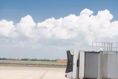 Γέφυρα τροφής επιβατών που περιμένει ένα εμπορικό αεροπλάνο στο arri στοκ εικόνες