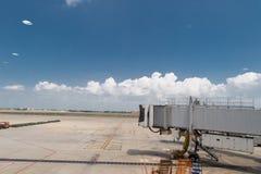 Γέφυρα τροφής επιβατών που περιμένει ένα εμπορικό αεροπλάνο στο arri στοκ φωτογραφίες