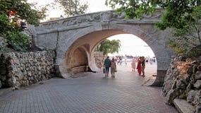 Γέφυρα των εραστών στο κεντρικό ανάχωμα της Σεβαστούπολης στην Κριμαία στις ακτές της Μαύρης Θάλασσας στοκ φωτογραφία με δικαίωμα ελεύθερης χρήσης