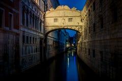 Γέφυρα των στεναγμών (dei Sospiri Ponte) τη νύχτα Ορόσημο της Βενετίας Στοκ Φωτογραφία