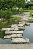 Γέφυρα φιαγμένη από flagstones πέρα από τη λακκούβα στοκ εικόνα με δικαίωμα ελεύθερης χρήσης