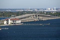 Γέφυρα φόρου Sikes βαριδιών μεταξύ του αερακιού και της παραλίας Φλώριδα ΗΠΑ Κόλπων Pensacola Στοκ εικόνες με δικαίωμα ελεύθερης χρήσης