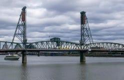 Γέφυρα χάλυβα που εκτείνεται τον ποταμό της Κολούμπια Στοκ Εικόνες
