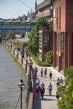 Γέφυρα χιλιετίας με τα μέρη των περπατώντας ανθρώπων Λονδίνο UK Στοκ Εικόνες