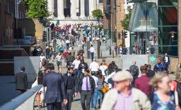 Γέφυρα χιλιετίας με τα μέρη των περπατώντας ανθρώπων Λονδίνο UK Στοκ Φωτογραφία