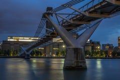 Γέφυρα χιλιετίας στο Λονδίνο που απεικονίζει τη νύχτα στον Τάμεση - Στοκ εικόνες με δικαίωμα ελεύθερης χρήσης