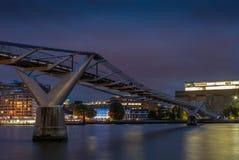 Γέφυρα χιλιετίας στο Λονδίνο που απεικονίζει τη νύχτα στον Τάμεση - Στοκ φωτογραφίες με δικαίωμα ελεύθερης χρήσης