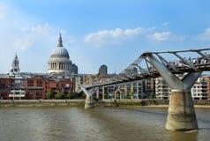 Γέφυρα χιλιετίας στον καθεδρικό ναό του Λονδίνου και του ST Paul στοκ εικόνες