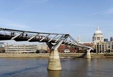 Γέφυρα χιλιετίας στον ποταμό Τάμεσης Στοκ Εικόνα