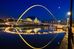 Γέφυρα χιλιετίας Gateshead γεφυρών αποβαθρών του Νιουκάσλ Στοκ Φωτογραφία