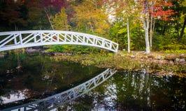 Γέφυρα χρώματος και περπατήματος φθινοπώρου πέρα από μια λίμνη σε Somesville, Μαίην στοκ φωτογραφίες