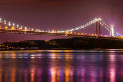 γέφυρα 23 abril τη νύχτα Στοκ Εικόνα