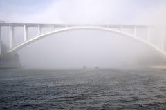 Γέφυρα Arrabida στην ομίχλη Στοκ Φωτογραφίες